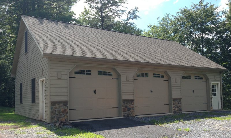 32' x 44' x 103' garage with stone wainscotting